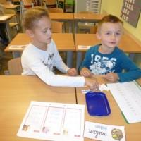 Iedere vrijdag helpen de meters en peters ons met lezen.